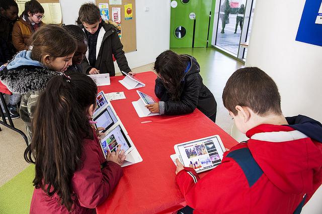 Enfants consultant les tablettes numériques